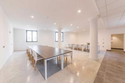 pavimento sala riunioni conferenze cemento resina