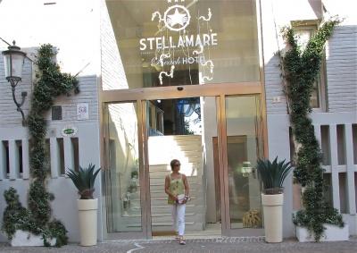 hotel di design frontemare spiaggia Caorle Venezia decorato da muro stampato effetto mattone