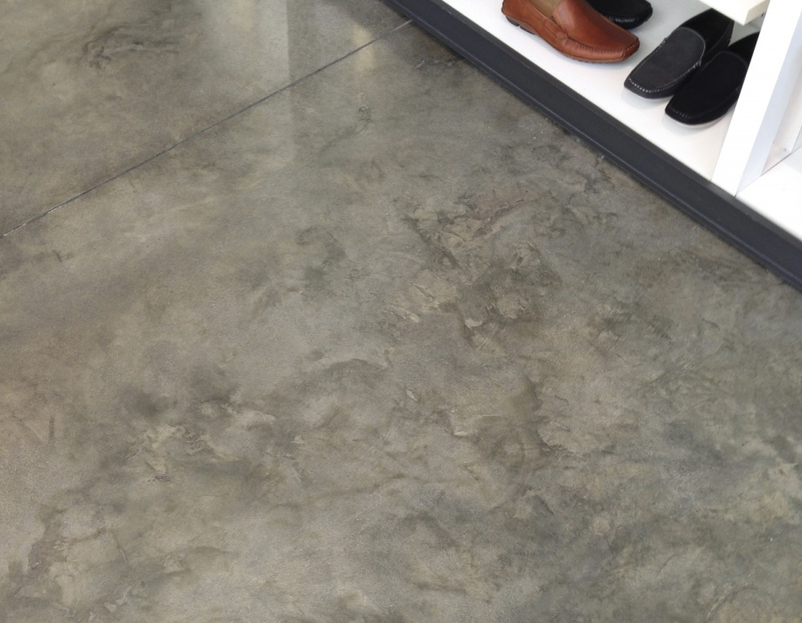 pavimento-acidificato-per-showroomDeco Nuvolato Isoplam medium gray - Plam Acid oliva