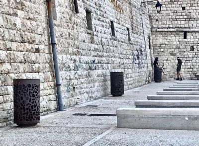 Giovinazzo Bari Puglia decoro arredo urbano pittura acciaio Corten