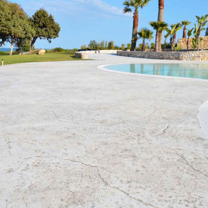 Low thickness stamped concrete floor